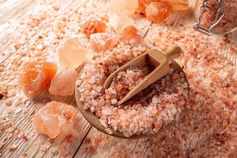 pink himalayan salt benefits / pink salt on a table